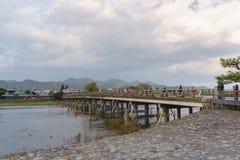 Ποταμός Katsura και γέφυρα Togetsukyo σε Arashiyama, Κιότο, Ιαπωνία Στοκ Φωτογραφίες