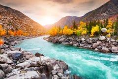 Ποταμός Katun στα βουνά φθινοπώρου στο ηλιοβασίλεμα Altai, Σιβηρία, Ρωσία στοκ εικόνα με δικαίωμα ελεύθερης χρήσης