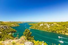 Ποταμός Krka, Κροατία, Sailboats που πλέει με τον ποταμό Στοκ Εικόνες