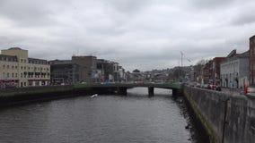 Ποταμός Lee και μια γέφυρα στο Κορκ, Ιρλανδία απόθεμα βίντεο