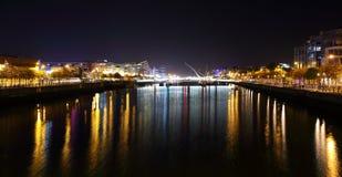 Ποταμός Liffey τη νύχτα στο κέντρο της πόλης του Δουβλίνου Στοκ εικόνα με δικαίωμα ελεύθερης χρήσης