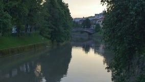 Ποταμός Ljubljanica το βράδυ απόθεμα βίντεο