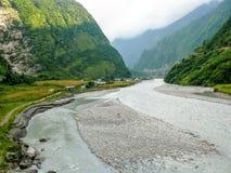 Ποταμός Marsyangdi και χωριό Tal - Νεπάλ Στοκ Φωτογραφία