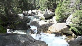 Ποταμός Merced με το χιόνι και τα βουνά φιλμ μικρού μήκους