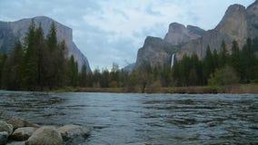 Ποταμός Merced στο εθνικό πάρκο Yosemite απόθεμα βίντεο