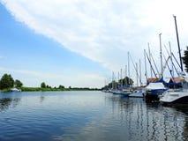 Ποταμός Minija, σκάφη και όμορφος νεφελώδης ουρανός Λιθουανία Στοκ εικόνες με δικαίωμα ελεύθερης χρήσης