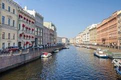 Ποταμός Moyka από την πράσινη γέφυρα σε Άγιο Πετρούπολη, Ρωσία Στοκ Φωτογραφίες