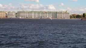 Ποταμός Neva και ανάχωμα παλατιών Πετρούπολη Ρωσία ST απόθεμα βίντεο
