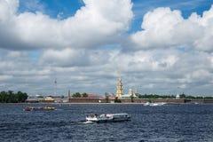 Ποταμός Neva και Peter και φρούριο του Paul στην Αγία Πετρούπολη σε ηλιόλουστο στοκ εικόνα με δικαίωμα ελεύθερης χρήσης