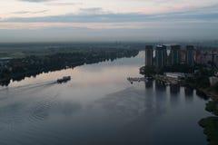 Ποταμός Neva στη Αγία Πετρούπολη Κατοικήσιμη περιοχή στις όχθεις του ποταμού Neva Στοκ Εικόνες