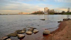 Ποταμός Neva στο βράδυ απόθεμα βίντεο