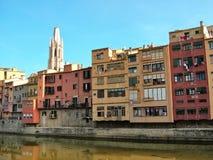 Ποταμός Onyar Girona στην ακτή Στοκ φωτογραφία με δικαίωμα ελεύθερης χρήσης