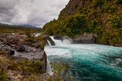Ποταμός Petrohue στο νεφελώδη καιρό, Χιλή στοκ εικόνες