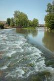 Ποταμός Pisuerga καθώς περνά μέσω Aguilar de Campoo Palencia στοκ φωτογραφίες