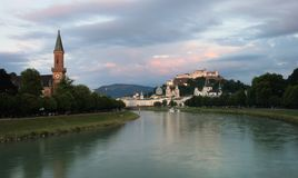 Ποταμός Salzach με την εκκλησία Christuskirche Χριστού στο αριστερό και το φρούριο Hohensalzburg στο δικαίωμα Αυστρία Σάλτζμπουργ στοκ εικόνα με δικαίωμα ελεύθερης χρήσης