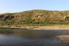 Ποταμός Struma, λόφοι βουνών και μπλε ουρανός στη θερμότητα στοκ φωτογραφία με δικαίωμα ελεύθερης χρήσης