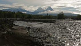 Ποταμός Studenaya και ομάδα Kluchevskaya ηφαιστείων στην αυγή απόθεμα βίντεο