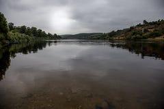 Ποταμός Tagus κάτω από το θυελλώδη ουρανό στοκ φωτογραφία με δικαίωμα ελεύθερης χρήσης
