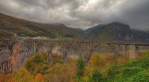 Ποταμός Tara και 5$α  urÄ ` eviÄ ‡ φαραγγιών μια γέφυρα της Tara, Μαυροβούνιο - εικόνα φθινοπώρου Στοκ Φωτογραφία