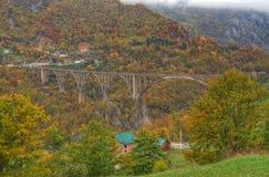 Ποταμός Tara και 5$α  urÄ ` eviÄ ‡ φαραγγιών μια γέφυρα της Tara, Μαυροβούνιο - πανόραμα Στοκ εικόνα με δικαίωμα ελεύθερης χρήσης
