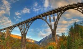 Ποταμός Tara και 5$α  urÄ ` eviÄ ‡ φαραγγιών μια γέφυρα της Tara, Μαυροβούνιο - πανόραμα Στοκ Εικόνες