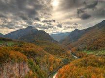 Ποταμός Tara φαραγγιών από το 5$α  urÄ ` eviÄ ‡ μια γέφυρα της Tara, Μαυροβούνιο - πανόραμα Στοκ Φωτογραφία