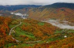 Ποταμός Tara φαραγγιών κοντά στο 5$α  urÄ ` eviÄ ‡ μια γέφυρα της Tara, Μαυροβούνιο Στοκ φωτογραφίες με δικαίωμα ελεύθερης χρήσης
