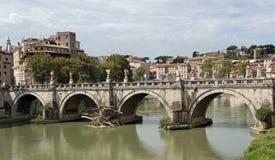 Ποταμός Tiber και γέφυρα αγγέλου Αγίου που βλέπει από Castel SAN Angelo Στοκ Φωτογραφία