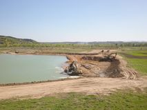 Ποταμός Vislock, Πολωνία - μπορέστε 2, το 2018: Ο εκσκαφέας φορτώνει το φορτηγό απορρίψεων με το χώμα Εργασίες εδάφους στο λατομε Στοκ Εικόνα