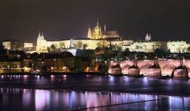 Ποταμός Vltava, γέφυρα του Charles (πέτρινη γέφυρα, γέφυρα της Πράγας) και καθεδρικός ναός του ST Vitus τη νύχτα Πράγα Στοκ Εικόνα