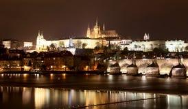 Ποταμός Vltava, γέφυρα του Charles (πέτρινη γέφυρα, γέφυρα της Πράγας) και καθεδρικός ναός του ST Vitus τη νύχτα Πράγα Στοκ εικόνες με δικαίωμα ελεύθερης χρήσης