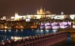 Ποταμός Vltava, γέφυρα του Charles (πέτρινη γέφυρα, γέφυρα της Πράγας) και καθεδρικός ναός του ST Vitus τη νύχτα Πράγα Στοκ φωτογραφία με δικαίωμα ελεύθερης χρήσης