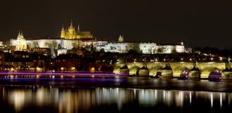 Ποταμός Vltava, γέφυρα του Charles (πέτρινη γέφυρα, γέφυρα της Πράγας) και καθεδρικός ναός του ST Vitus τη νύχτα Πράγα Στοκ Εικόνες
