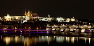 Ποταμός Vltava, γέφυρα του Charles (πέτρινη γέφυρα, γέφυρα της Πράγας) και καθεδρικός ναός του ST Vitus τη νύχτα Πράγα Στοκ εικόνα με δικαίωμα ελεύθερης χρήσης