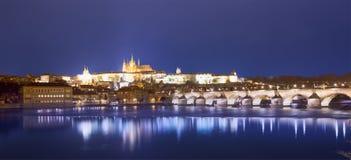 Ποταμός Vltava, γέφυρα του Charles (πέτρινη γέφυρα, γέφυρα της Πράγας) και καθεδρικός ναός του ST Vitus τη νύχτα Πράγα Στοκ Φωτογραφία