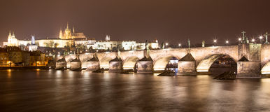 Ποταμός Vltava, γέφυρα του Charles (πέτρινη γέφυρα, γέφυρα της Πράγας) και καθεδρικός ναός του ST Vitus τη νύχτα Πράγα Στοκ Φωτογραφίες