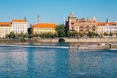 Ποταμός Vltava και ευρωπαϊκά κτήρια στην Πράγα, τσεχικά στοκ εικόνες