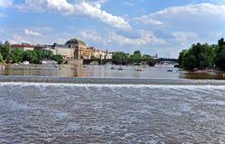 Ποταμός Vltava και το εθνικό θέατρο με τα ιστορικά σπίτια στην προκυμαία τσεχική δημοκρατία της Ευρώπης Πράγα εμβλημάτων πορτών ε Στοκ φωτογραφία με δικαίωμα ελεύθερης χρήσης