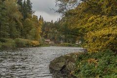 Ποταμός Vltava κοντά στην καταστροφή Divci Kamen το φθινόπωρο Στοκ Εικόνα