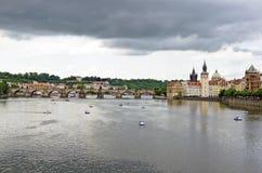 Ποταμός Vltava με τη γέφυρα Charles στην Πράγα Στοκ Φωτογραφίες