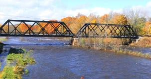 Ποταμός Westfield σε Westfield, Μασαχουσέτη με τη γέφυρα σιδηροδρόμων στοκ φωτογραφίες