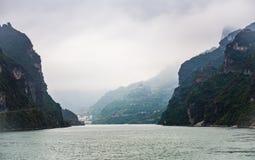 Ποταμός Yangtze τη βροχερή ημέρα, επιπλέον σώμα ελαφριάς ομίχλης πέρα από τον ποταμό Στοκ εικόνα με δικαίωμα ελεύθερης χρήσης
