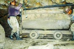 ΠΟΤΟΣΙ, ΒΟΛΙΒΙΑ - 5 ΙΟΥΛΊΟΥ 2008: Αρσενικοί ανθρακωρύχοι με τη μεταφορά στο Cerro Rico ορυχείο στο Ποτόσι, Βολιβία Ένας από το σκ στοκ φωτογραφία με δικαίωμα ελεύθερης χρήσης