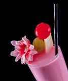 Ποτό αλκοόλης, ρόδινο κοκτέιλ με τα λουλούδια, strows, ο απομονωμένος Μαύρος Στοκ Φωτογραφία