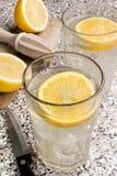 Ποτό ανανέωσης, λαμπιρίζοντας μεταλλικό νερό με το χυμό λεμονιών στο ι Στοκ Εικόνες