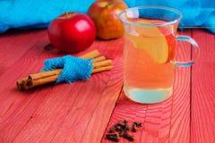Ποτό από το φθινόπωρο μήλων σε ένα ξύλινο υπόβαθρο Στοκ φωτογραφίες με δικαίωμα ελεύθερης χρήσης