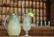 Ποτό ασβέστη με τα φύλλα μεντών Στοκ φωτογραφίες με δικαίωμα ελεύθερης χρήσης