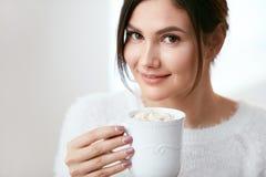ποτό Γυναίκα που πίνει το ζεστό ποτό Στοκ Εικόνες