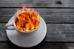ποτό ζεστό Κάψιμο καφέ στην πυρκαγιά Στοκ Εικόνες