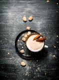 Ποτό κακάου με την κανέλα και τη σκοτεινή ζάχαρη Στοκ Φωτογραφίες